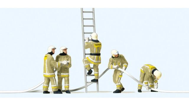 1:87 Brandweerlieden bij bluswerkzaamheden